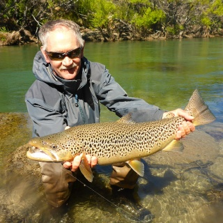 Denis Hall and his brown trout of 28 inches - Arroyo Verde Lodge.  Denis Hall y su trucha Marrón de 72 cm.