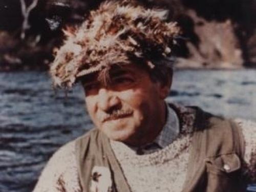"""El tio.... Biografía de José """"Pepe"""" Navas Observador incansable de la naturaleza, crea numerosas moscas, como Morín, Ciervo, Dalila, Hormiga, Eslava, Marrón, Julieta, Ninfas... La Matona contribuye a difundir la pesca con mosca en el país. Acompa..."""