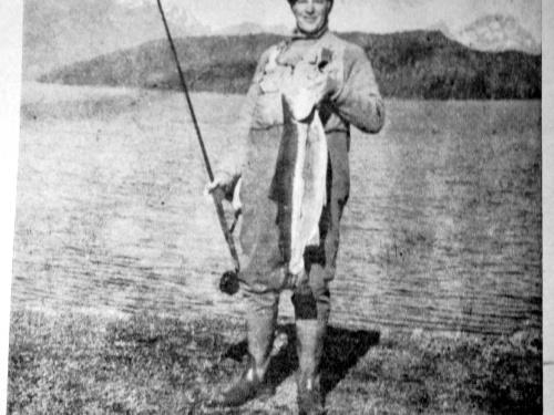 Revista Safari. Año III - Nº 22 - Marzo 1974. Colección de Noel Pollak.. El conocimiento del que conduce la embarcación lo llevará al lugar donde la pesca es más fructífera, producto de su observación y análisis de los distintos...