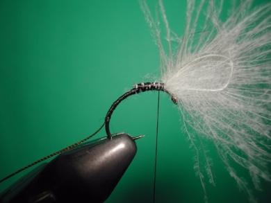 Fly tying - Parachute loop wings - Step 3