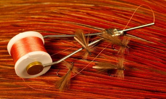 COMENTARIOS:   Cuando comienza la temporada uno de los primeros hatches que notamos es el de pequeños plecópteros de la familia Gripopterygidae cuyos adultos se desprenden en grandes números de las ramas de los sauces ni bien sopla un poco de viento o aumenta la temperatura.  No son buenos volando por lo que muchos caen al agua donde son muy apreciados por las truchas que los prefieren sin dudas a otros insectos que pueden aparecer al mismo tiempo. A estos stoneflies comúnmente los llamamos stoneflies palito por su delicado y esbelto cuerpo y de allí proviene el nombre de esta mosca que até hace años y forma parte del grupo que nunca falta en mis cajas por los brillantes resultados que me ha dado.  Es una variante de una mosca de Rafael del Pozo que tenía el cuerpo de hilo negro y el ala de fibras de gallo de León que es algo mas complicada de atar por la calidad de pluma que hace falta. El CDC en combinación con los biots semitransparentes reemplaza a las fibras de gallo de León sin problemas y sin dudas el movimiento de las fibras de CDC ante la mínima brisa que hace vibrar la superficie del agua le aporta algo a la mosca que las rígidas fibras de gallo no pueden. A atarla hay que tener cuidado de no comprometer la fina silueta cediendo a la tentación de poner demasiado CDC, eligiendo biots de buen color y ancho.   La ninfa de estos stoneflies no es importante para el pescados ya que vive en un sustrato de raíces y rocas saliendo a la superficie tras trepar alguna ramita o roca en el momento de convertirse en adulto por lo que no está demasiado disponible para las truchas como otras ninfas que derivan.